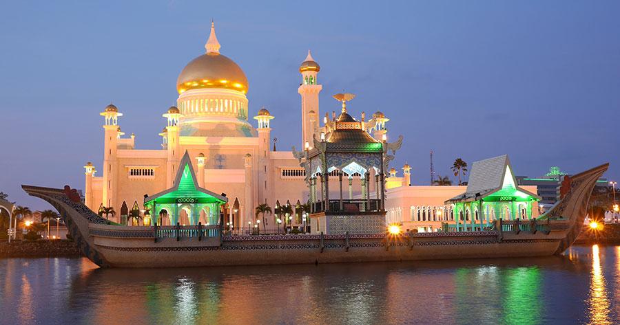 Bruneis mest kjente bygg, moskeen i utkanten av Bandar Seri Begawan.