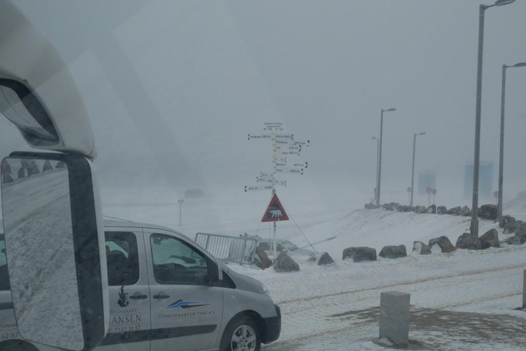 «Utsikt» fra flybussen, rett før vi skal kjøre innover fra flyplassen mot Longyearbyen. Foto: Magne Mellem Enoksen