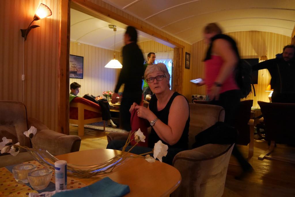Mette i stua på Polarriggen. Veldig koselig oppholdsrom! Foto: Magne Melle Enoksen