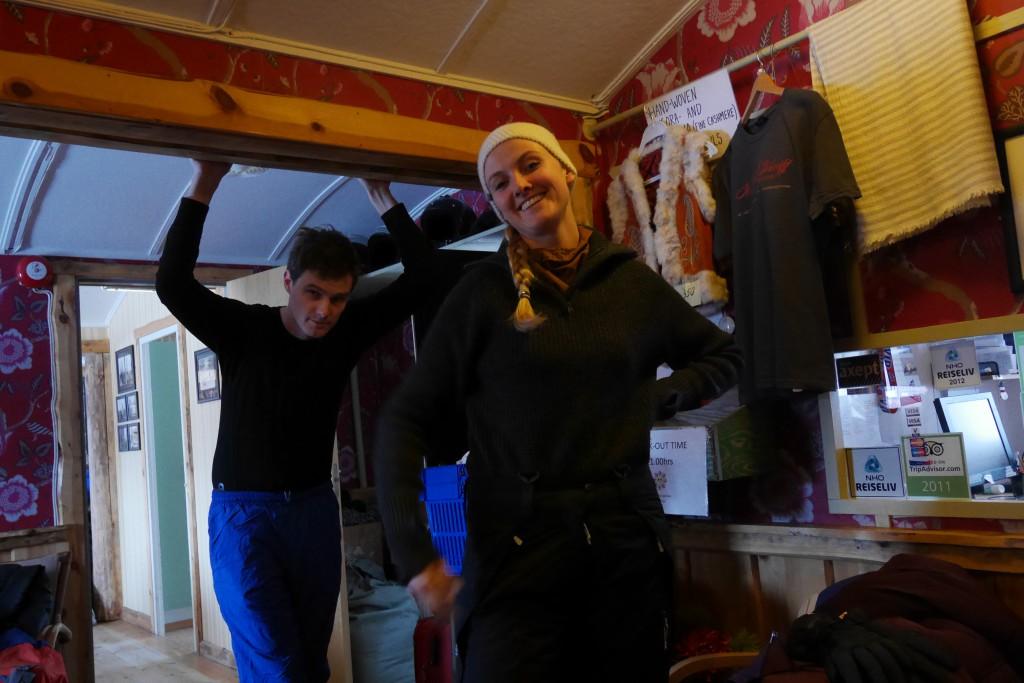 Magne og Lina henger i resepsjonen på Polarriggen mens vi venter på pick up til snøscooter-tur. Foto: Carina Alice Bredesen