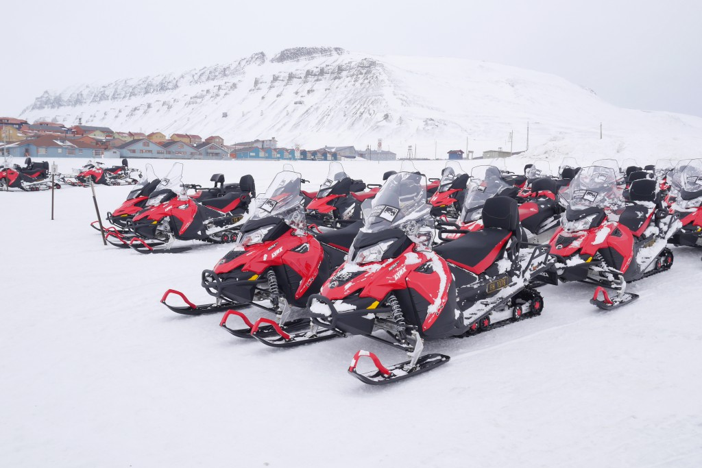 Scooterne vi kjørte på tur i Adventdalen og Helvetiadalen på Svalbard. Foto: Bredoksen