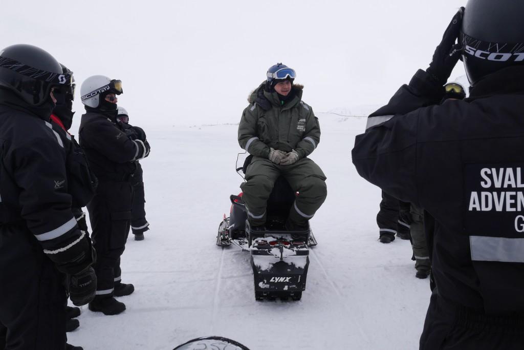 Guiden vår, som opprinnelig var fra Island, forteller om omgivelsene (vi ikke ser) på scootertur i Adventdalen utafor Longyearbyen.