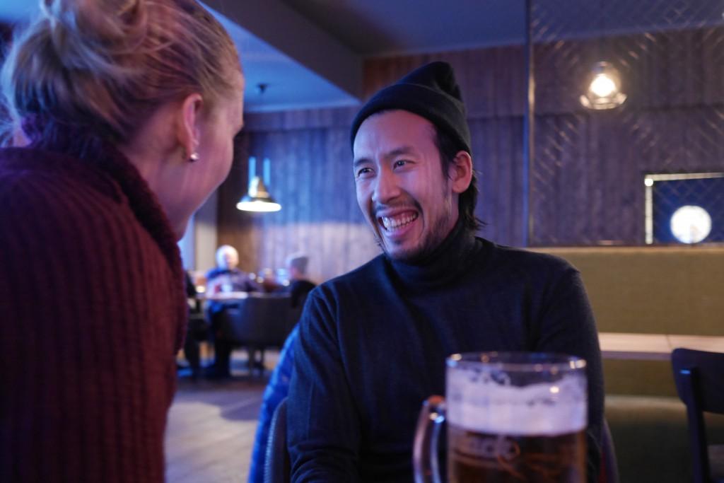 Deem gleder seg til spareribsen han har bestilt på Cole Miner´s Bar & Grill i Longyearbyen. Foto: Magne Mellem Enoksen