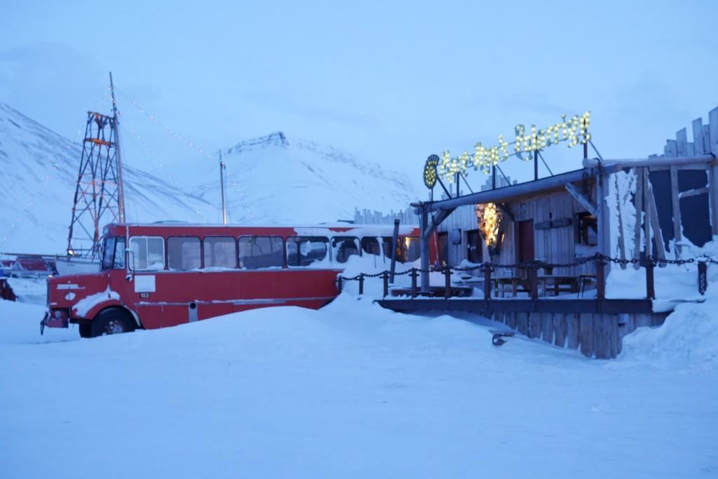 Litta av Mary Ann´s Polarrigg sett utenifra. Den røde bussen er forresten røykerommet. Foto: Magne Mellem Enoksen.