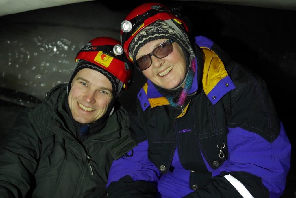 Magne og Mette nede i isgrotta. Guiden Mirco ordnet med kjeks og kaffe til oss. Foto: Lina Mellem Enoksen