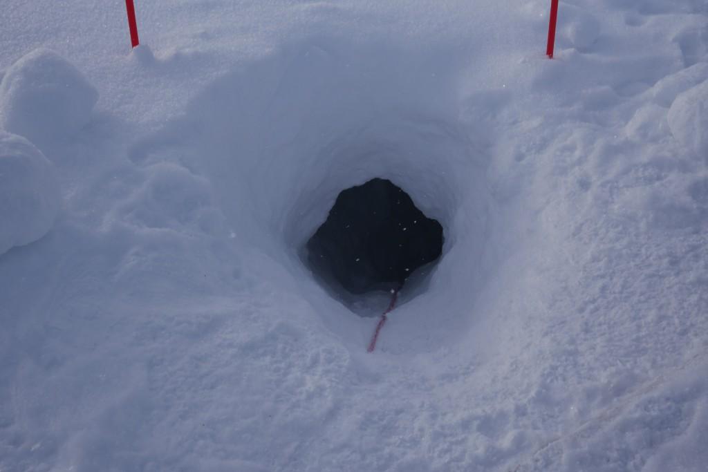 Dette var åpningen ned til isgrotta, som lå 10-30 meter ned under Larsbreen. Foto: Carina Alice Bredesen