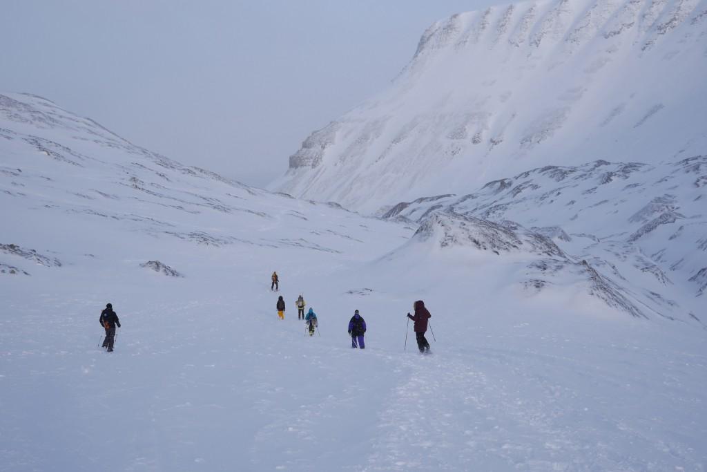 På fottur over Larsbreen i den villeste av den ville arktiske naturen. Foto: Magne Mellem Enoksen
