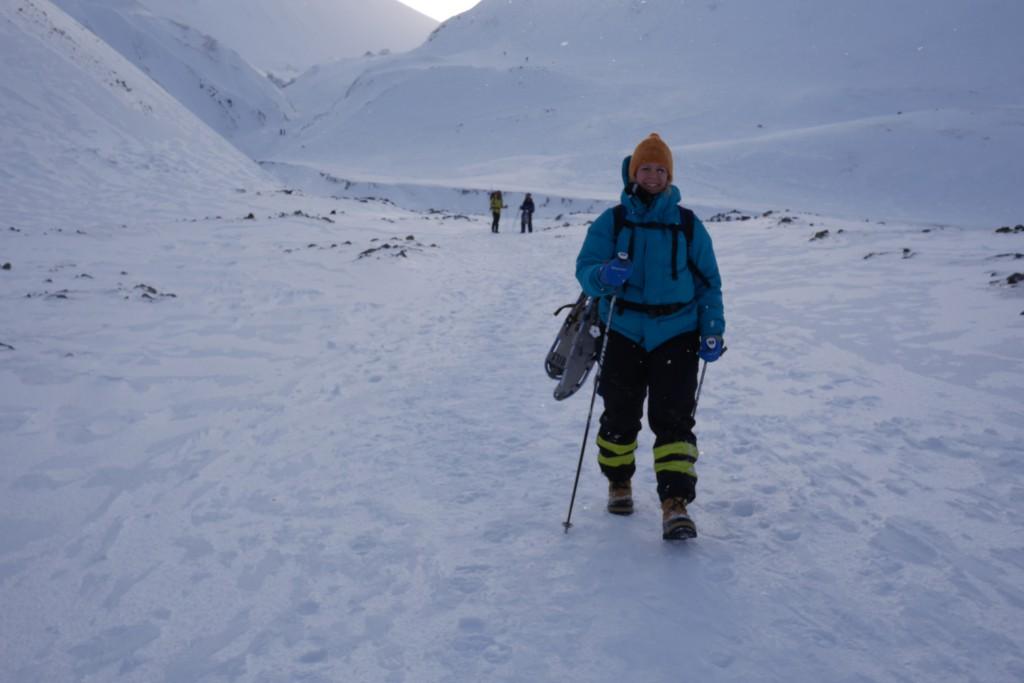 Mot slutten av turen hang Carina trugene på sekken. Det tok cirka 1 time og 20 minutter å gå opp til isgrotta, og cirka 1 time ned igjen - med flere fotostopp. Foto: Magne Mellem Enoksen