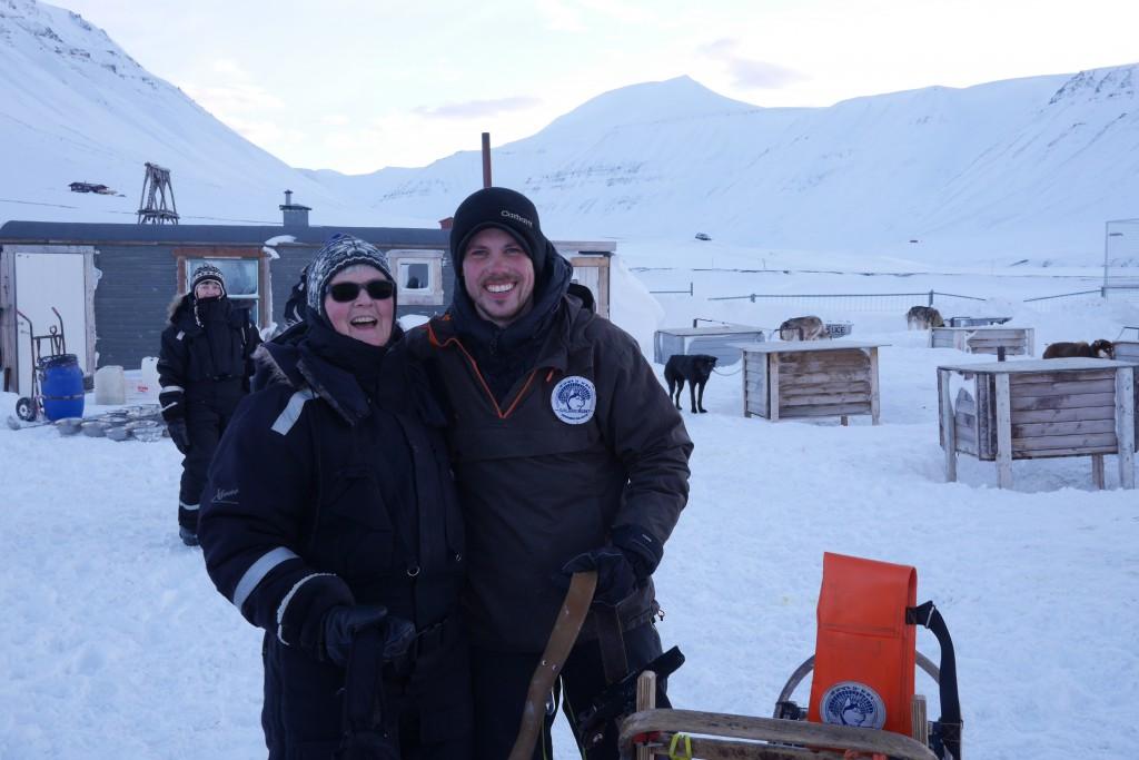 Mette fikk kjøre med guiden Audun, og de ledet hele bøtteballetten på tur. Foto: Carina Alice Bredesen
