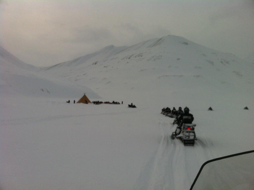 Scootertud i Helvetiadalen. På vei til lavvo og lunsj. Foto: Carina Alice Bredesen