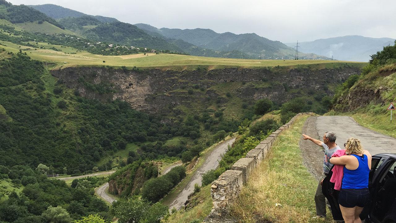 Armensk canyon-landskap, og engasjert guide/sjåfør.