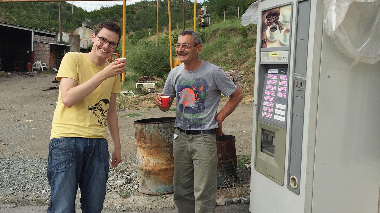 Særdeles god stemning når sjåføren spanderer kaffe på bensinstasjonen.