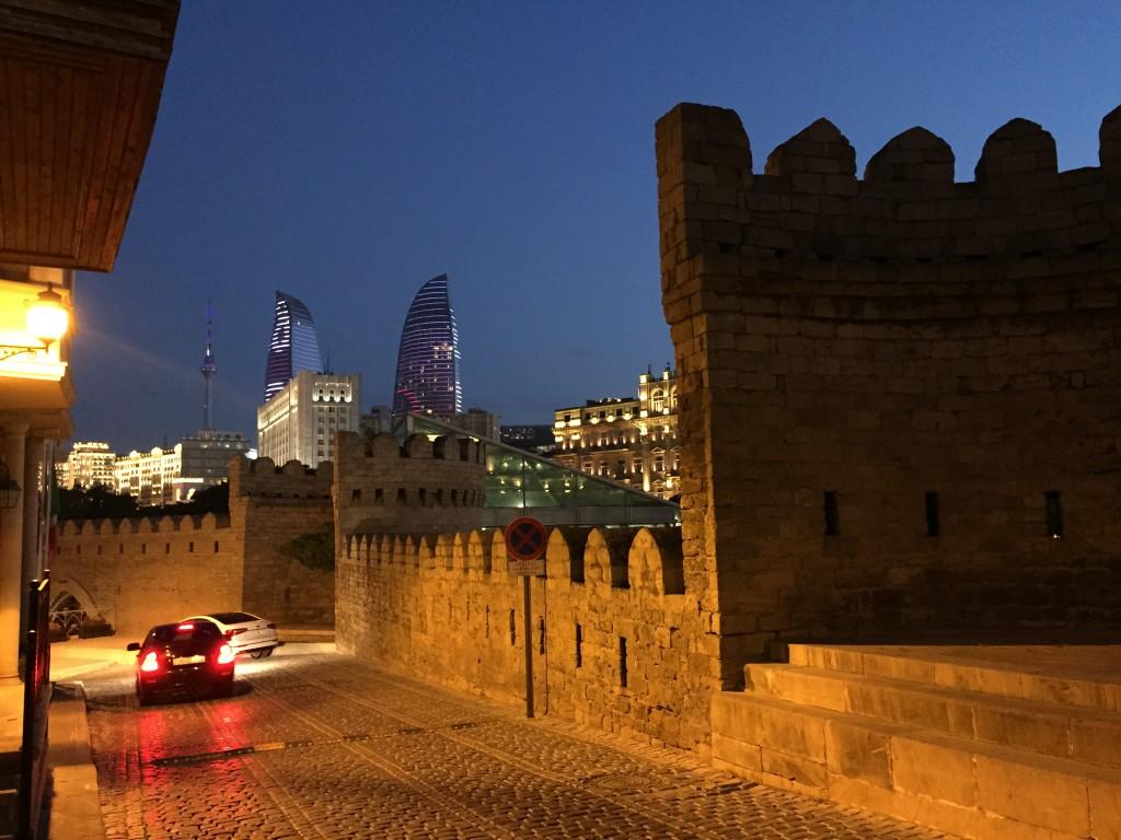 Baku Old City (Azerbaijan), med utsikt til Flaming Towers
