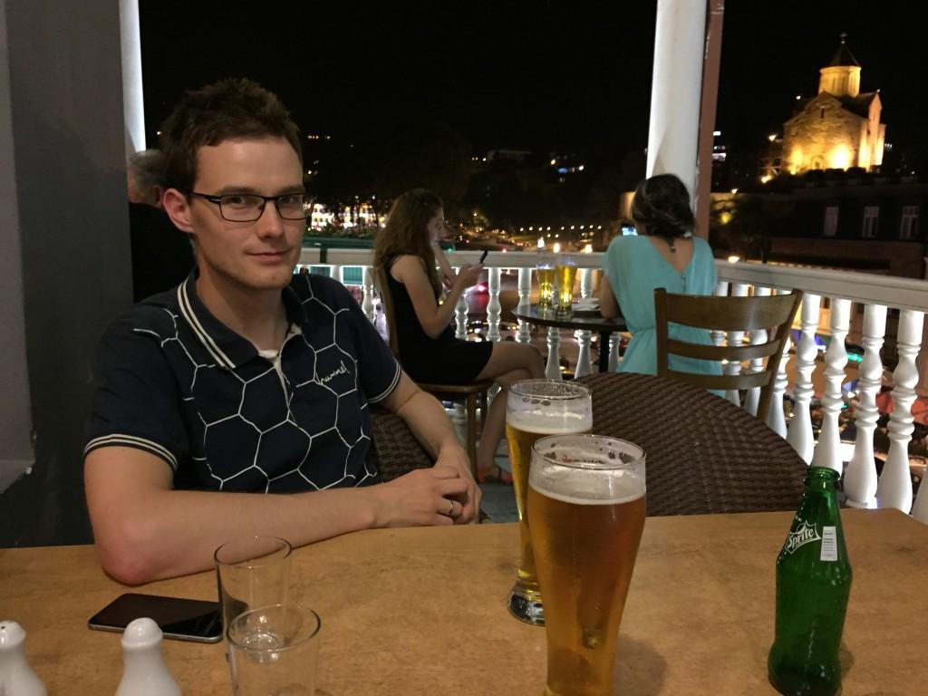 Magne på terrassen på 24-timers-stedet i Tbilisi