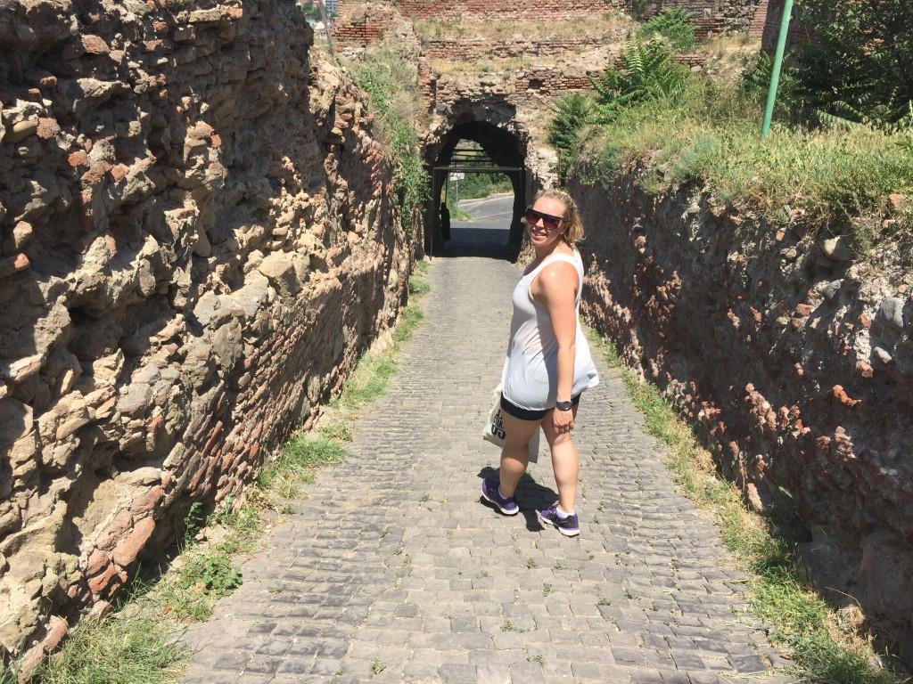 Carina på vei ned den lille bakken som førte inn til klosteret som lå nedenfor Narikala-fortet