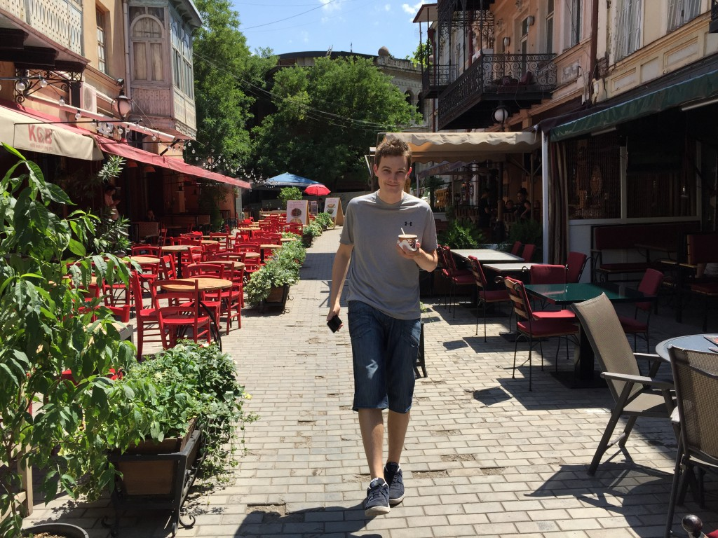 Gatene langs elva i gamlebyen var fulle av koselige kafeer, restauranter, barer - og isbarer