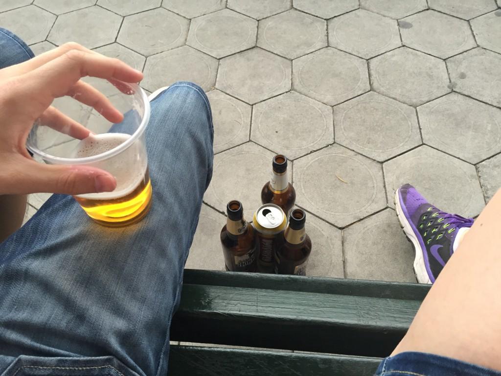 Øl på benken, mens vi nøyt utsikten og hvilte slitne bein.