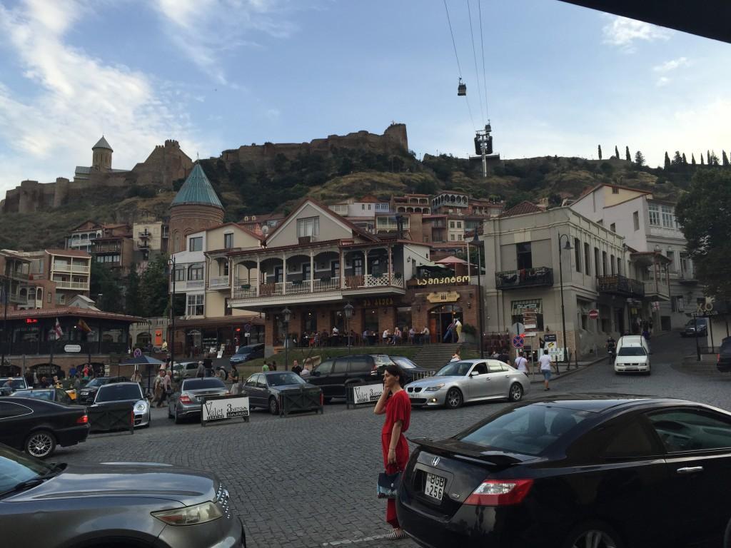 Narikala-fortet sett nedenifra, fra gamlebyen i Tbilisi.