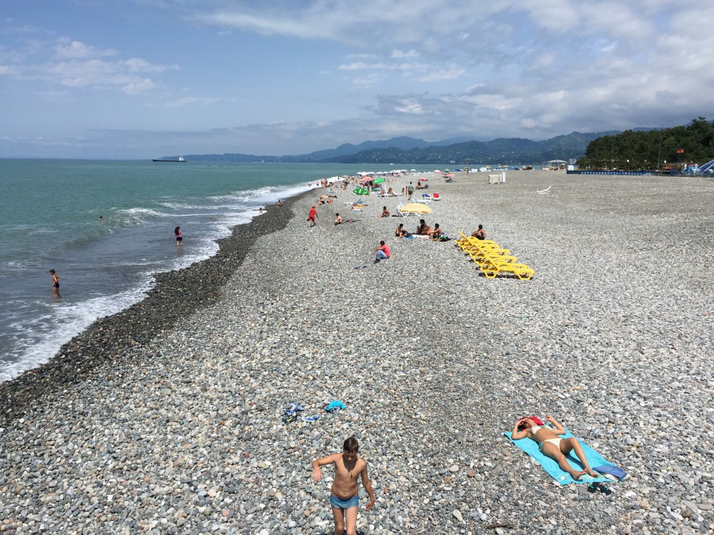 Det er en flott rullesteinstrand i Batumi, som strekker seg milevis avgårde. Helt ned til Tyrkia.