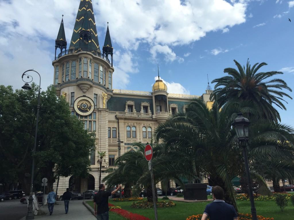 Batumi har masse fine bygninger og parker, i tillegg til en flott strandpromenade og rullesteinstrand.