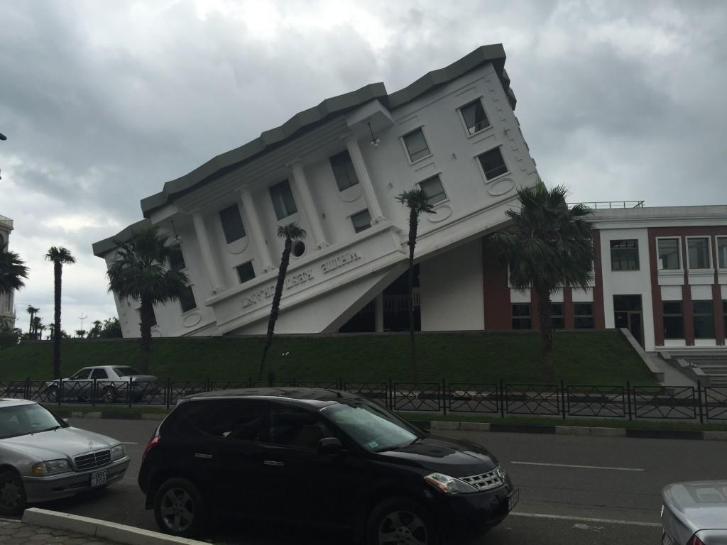 En av Batumis turistattraksjoner: Opp-ned-huset, som er en slags kopi av Det hvite hus i Washington D.c.